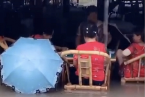 成都大妈洪水中打麻将视频热传,说说她们的除湿法宝